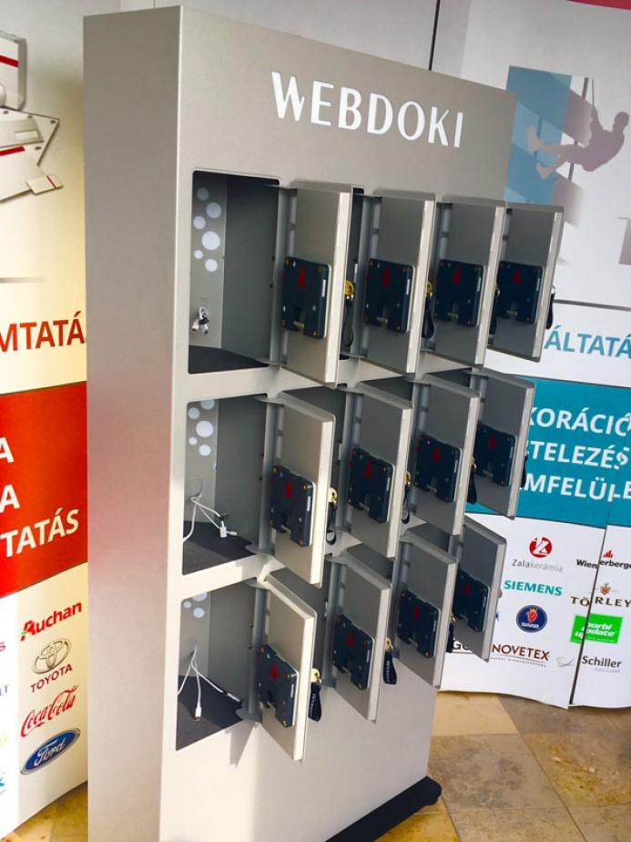 WEBDOKI egyedi mobiltöltőállomás: webdoki mobiltoltoallomas 04